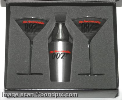 Martini cocktail shaker and glasses from the james bond for Cocktail 007 bond